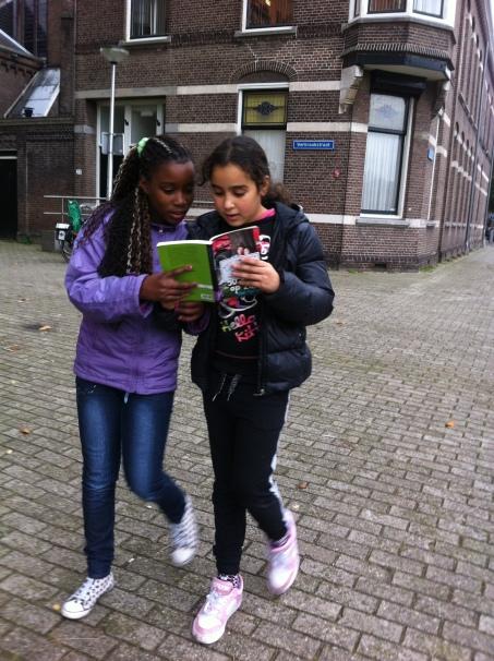 Wijktijger Emilia en Wijktijger Loubna H. lekker onderweg een boek lezen.
