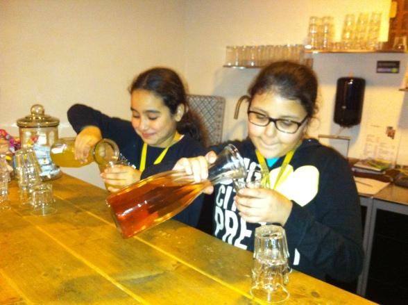 Wijktijgers Loubna H. en Selma A. zorgen voor de limonade